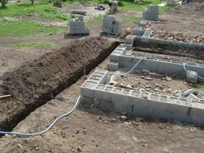 04.05.2010 zanášanie základov, výkop na vodu, elektriku, kanalizáciu