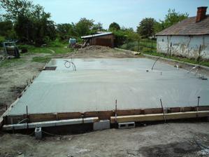 24.05.2010 platna hotová, vošlo 22m3 betonu