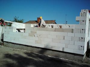 24.06.2010 začal sa štvrtý deň murovania . .