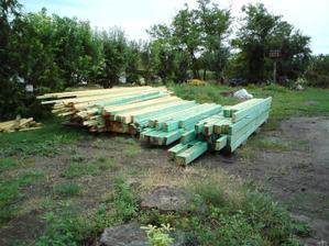 26.07. 2010 prišlo drevo na krov a začali sme ho natierať..