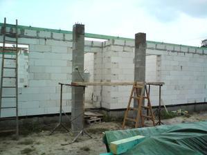 03.08.2010 stĺpiky sú hotové, môžu prísť tesári..