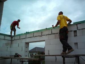 04.08.2010 tesári prišli a začalo sa makať na streche..