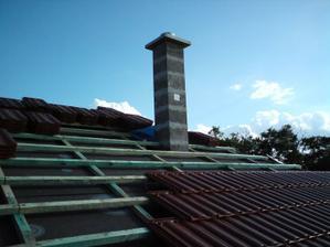 02.09.2010 komín je hotový, ešte sa natiahne lepidlo a sieťka aby sa mohol založiť aj plech..