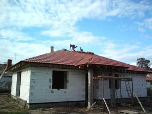 03.09.2010 majster tesár sa ponúkol že ostane na streche ako ozdoba..
