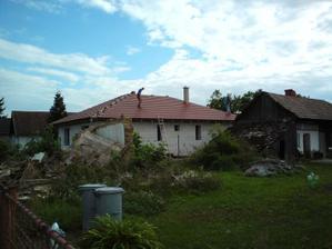 03.09.2010 takže ešte hrebenáče a strechu máme hotovú!!!