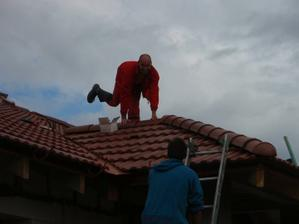 06.09.2010 Ďalší pokus pána majstra tesára o ozdobu na streche :-))