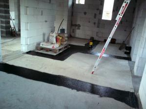 20.09.2010 popri iných drobných prácach okolo domu sme už položili aj izoláciu pod vnútorné priečky..