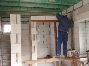 25.10.2010 pokračovali sme v práci na vnútorných priečkach, prišli na rad preklady..