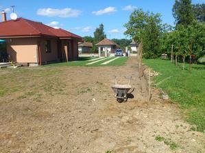 10.05.2014 počas úprav terenu sa pracuje aj na oplotení..