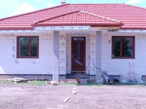 03.08.2011 a tu už finálna podoba na druhý deň po montáži aj s čiastočne podmurovanými vchodovými dverami a terasovými dverami..