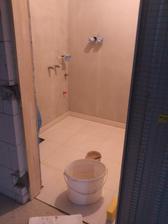 26.11.2011 technická miestnosť už takmer hotová, zastierkované, dlažba položená, dokončí sa fugovanie a môžeme malovať..