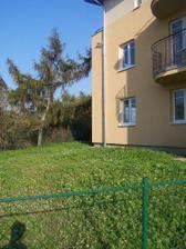 Bytovka - část společné zahrady, náš balkón