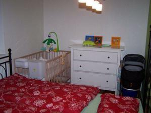 Pokoj druhá strana - komoda a postýlka made in Ikea
