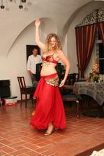 Svědkyně Lenka předvádí břišní tance