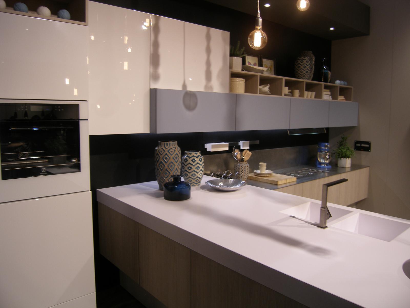 Inšpirácie z Milána - Opäť drevo a biela - doplnené príjemným pastelom