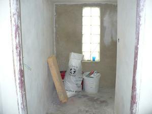 budouci spajz-zatim skladiste-za rohem vedou schody do sklepa
