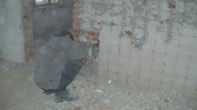 manza otlouka zed po dlazdicich u kamen.....