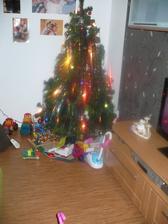 Nas Vanocni stromek s se zlomkem darecku:-)