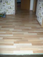 a konecne hotova podlaha v patre i s tapetou:-)
