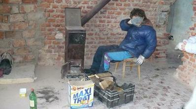 Matysek se po praci nahriva u kaminek :-)