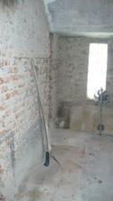 Tady byla druha koupelna.Neskutecny  bordel.Ted tu bude spajz a mrazak.Za vetrakem vedou schody do sklepa.