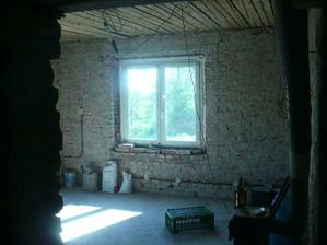 okno v obyvaku ode dveri