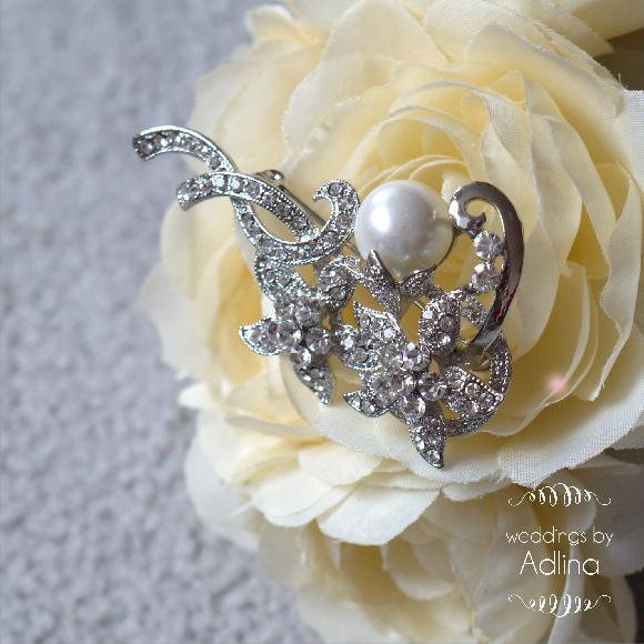 Soutěž o krásnou štrasovou brož ;-)  https://www.facebook.com/weddingsbyAdlina - Obrázek č. 1