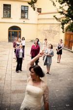 nadšení budoucích nevěst moc nevidím...spíš se kytce vyhýbaly :)