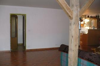 dveře do koupelny a vpravo kuchyň