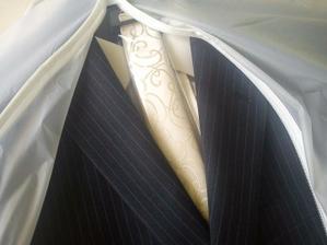 Ženich oblečen :) oblek už naštěstí měl, tak si pořídil jen pěknou košili a kravatu :)