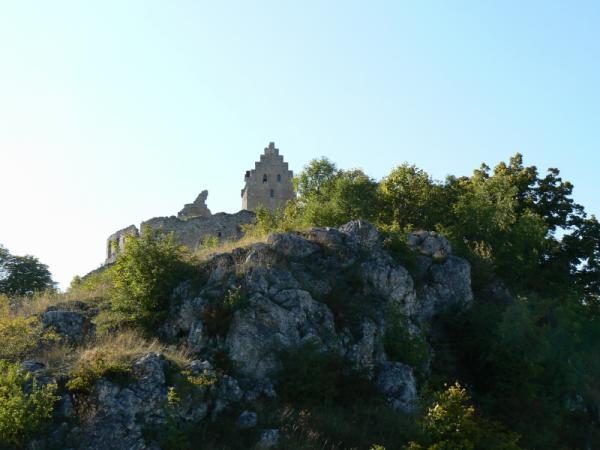 L +{{_AND_}}M    :O) - Pod týmto hradom sa plesalo.