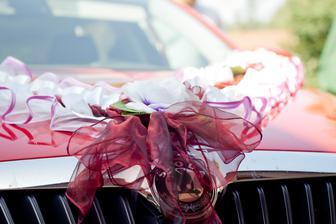 auto nevěsty nachystáno na odjezd