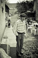 dědeček pozoruje, jak se mu na statku vyrojilo 60 lidí :-)