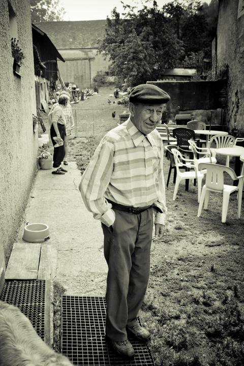 Mishka{{_AND_}}Janko - dědeček pozoruje, jak se mu na statku vyrojilo 60 lidí :-)