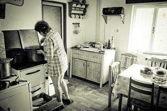 maminka ženicha chystá občerstvení pro svatební hosty