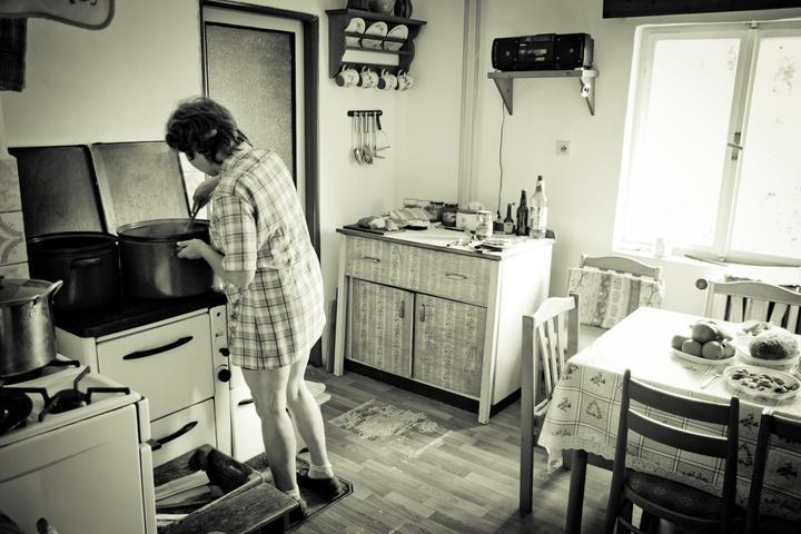 Mishka{{_AND_}}Janko - maminka ženicha chystá občerstvení pro svatební hosty