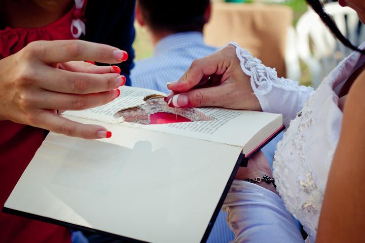 Mishka{{_AND_}}Janko - s Týnkou montujeme prstýnky do knížky