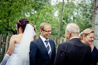 manželův děda vítá rodinu nevěsty
