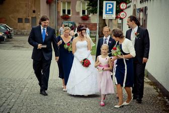 a jde se na to, tatínek nevěsty, jeho manželka jako můj svěděk, maminka ženicha, bratr ženicha a malé sestřenky :-)