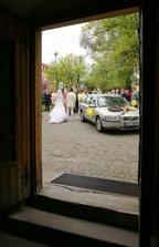 fotka z kostela...o pár minut později na tom šikmém kopečku do kostela budeme tančit