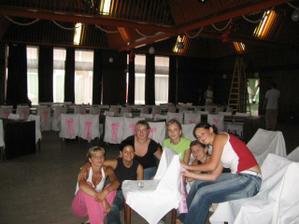 ...deň pred svadbou...obliekanie stoličiek...
