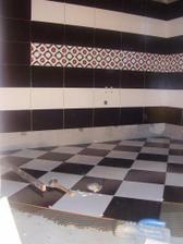 ...jedna kúpeľna obložená...