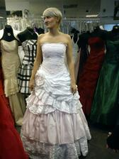 Tak nakonec mám úplně jiné šaty než jsem měla představu:-)Při hromadném hlasování zvítězily tyhle šatičky bílo-růžové:-)