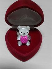 Když jsem se přítelovi zmínila,že by mě stačil úplně obyčejný zásnubní prstýnek,netušila jsem,že to vezme až tak doslovně:-)Málo koho rozesměje zásnubní prstýnek žé?!:-)My musíme mít opravdu všechno originální:-)