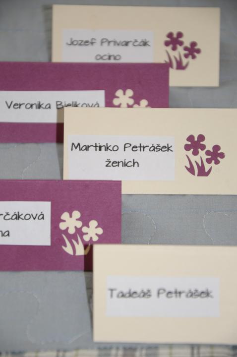 Tvorivé predsvadobné nápady - naše menovky - tiež v dvoch farbách - ženy mali fialové a muži smotanové
