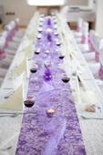 svatební dekorace lila a krémová,