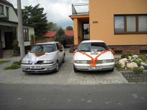připravená auta pro ženicha a nevěstu