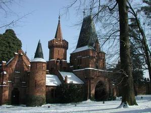 To je také zámek v Hradci - tzv. červený zámek