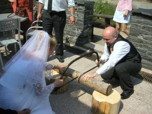 Vstup do restaurace jsme si museli odpracovat - nejdříve jsme řezali dřevo..
