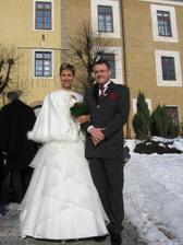 Před Zámečkem,místem obřadu. Máme to za sebou a můžeme si jít užívat dalších svatebních radovánek...